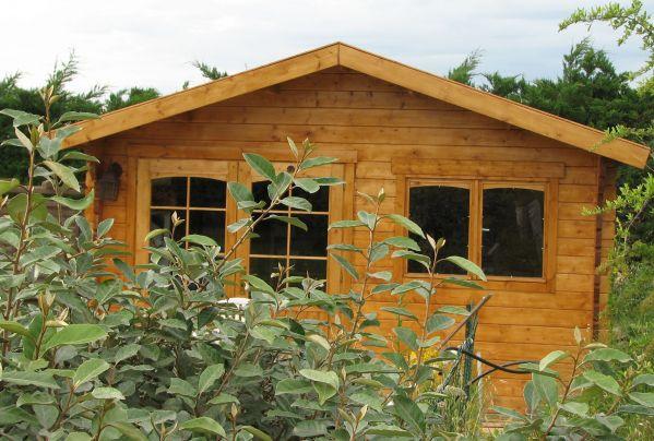 chalet dans le jardin. Black Bedroom Furniture Sets. Home Design Ideas