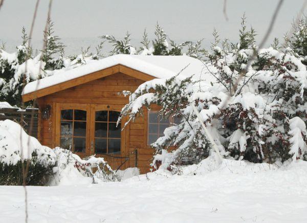 chalet en bois sous la neige. Black Bedroom Furniture Sets. Home Design Ideas